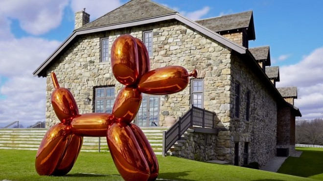 balloon dog sculpture by jeff koons