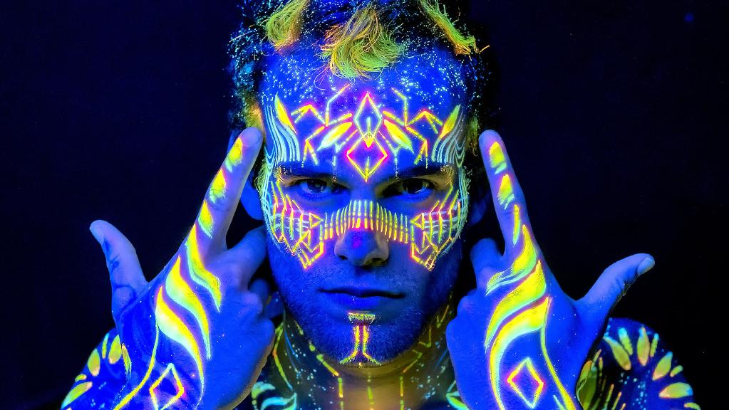 1-award-winning-uv-body-painting-by-andra