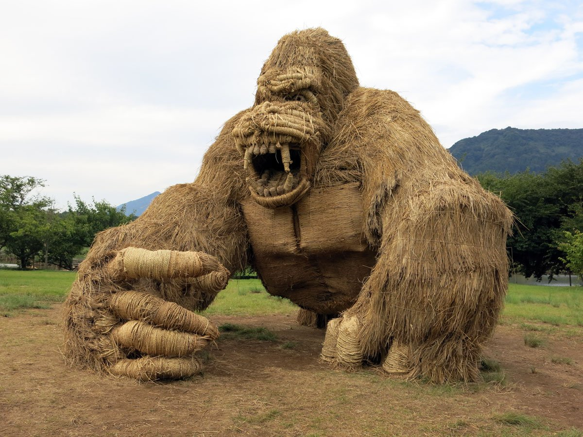 1-gorilla-rice-straw-sculpture