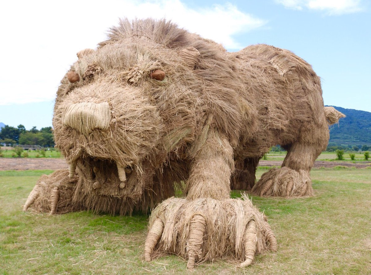 lion rice straw sculpture