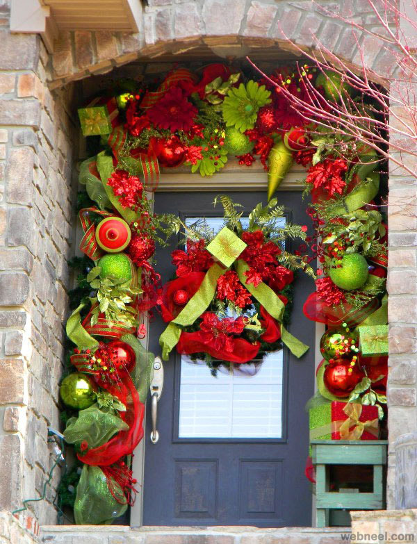 25 beautiful christmas door decorating ideas for your for Beautiful christmas decorating ideas
