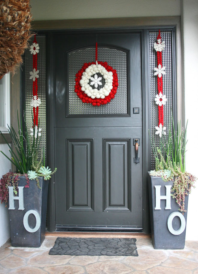 25 creative christmas decoration ideas for your inspiration for Modern front door decor
