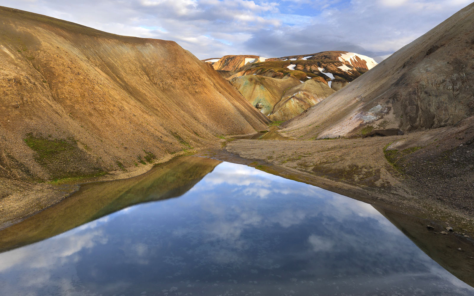 mountains of iceland wallpaper