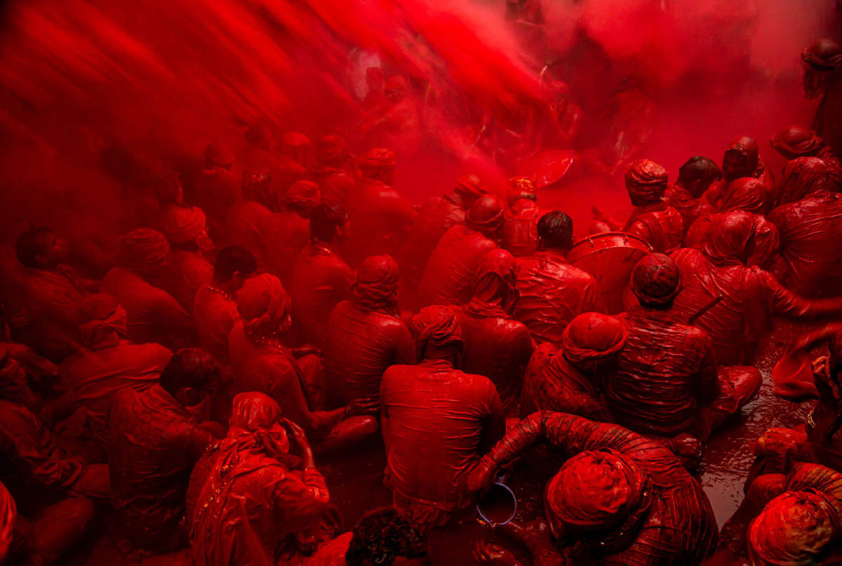 travel photography holi festival india red