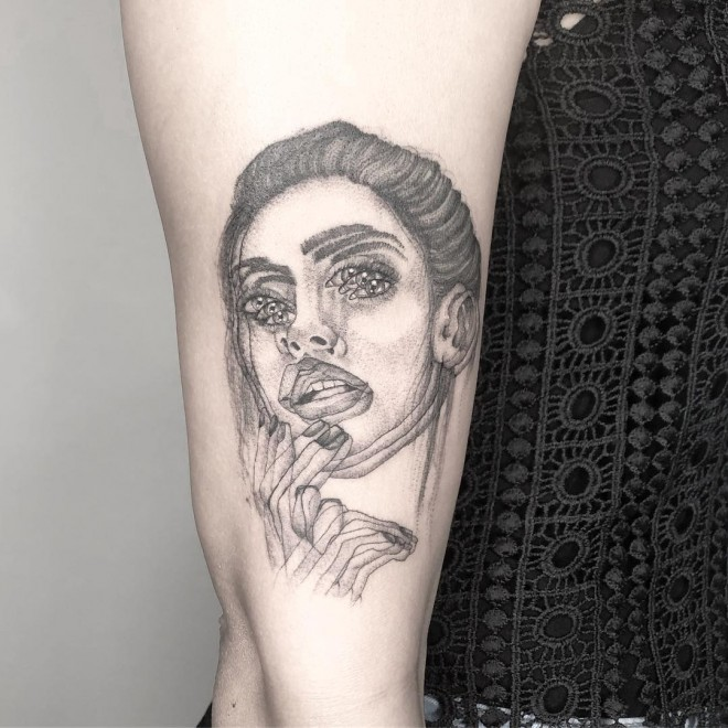 optical illusion tattoo blur woman