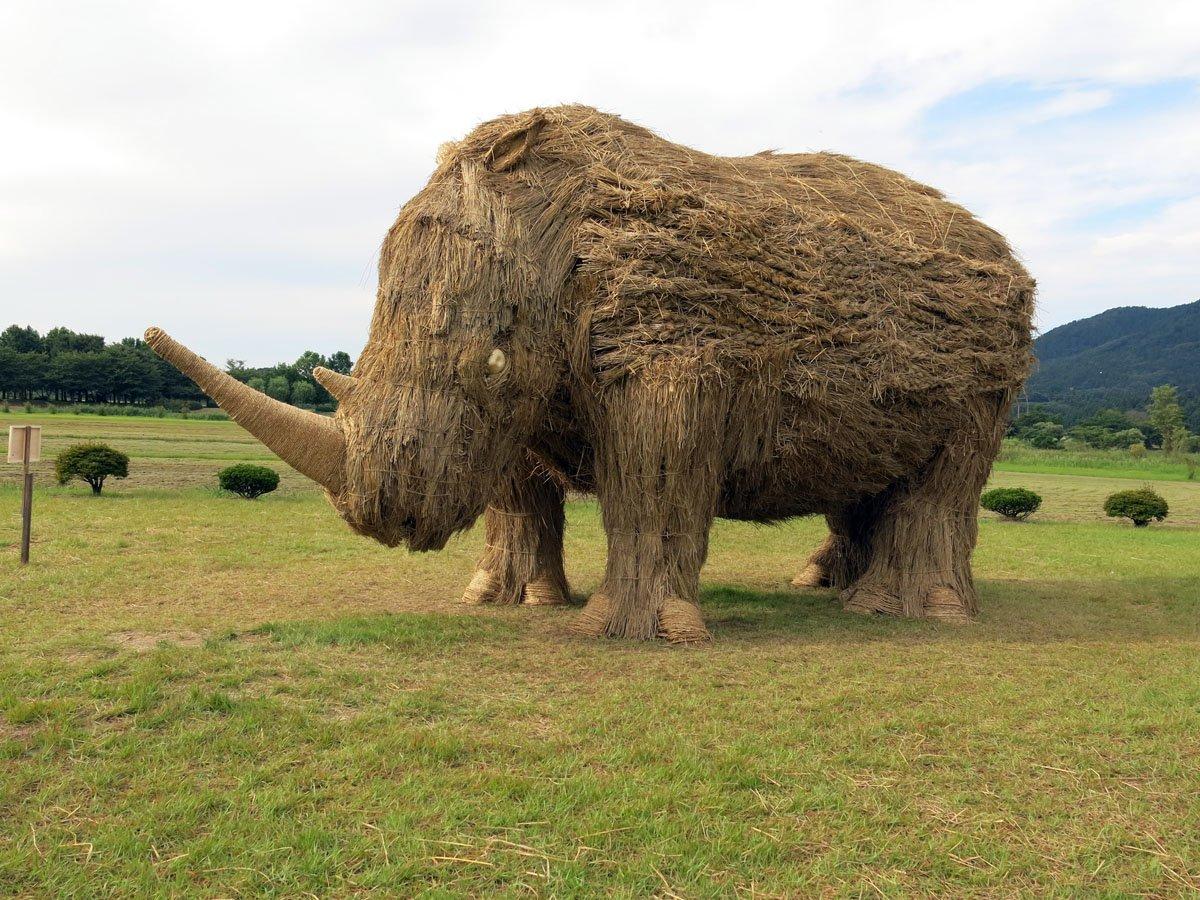 5-rhino-rice-straw-sculpture