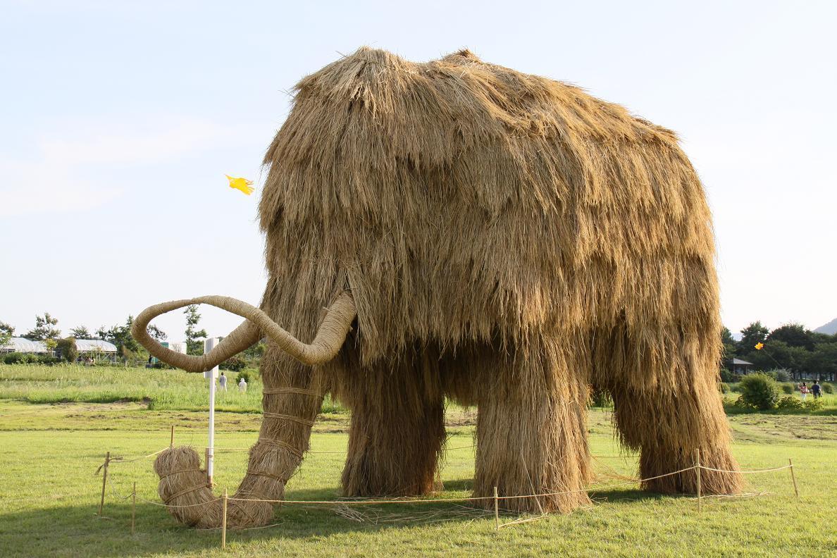 9-mammoth-rice-straw-sculpture